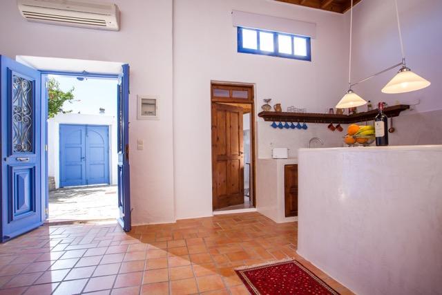 Küchenbereich mit Tür zum Badezimmer