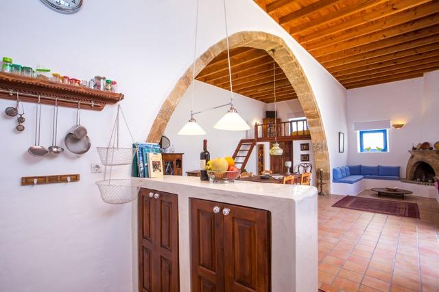 Blick aus dem Küchenbereich in den Wohnbereich