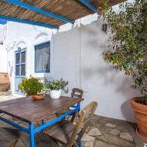 Innenhof mit Eßtisch und Blick auf die Eingangstür zum Wohnbereich