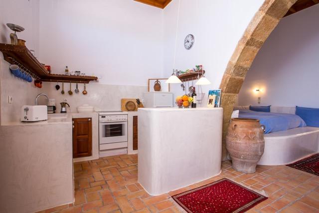 Groß-Amphore zwischen Schlafnische und Küchenbereich unter dem Rundbogen