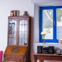 Schreibtisch-Sekretär zwischen Kaminecke und Tür zum Innenhof