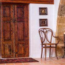 Tür unter dem Hochbett im Mühlenhaus