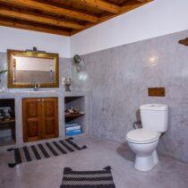 Badezimmer mit Spülstein und Toilette